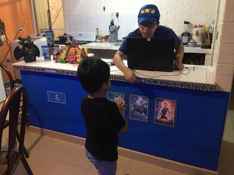 Os pais se virando pra entreter os filhos. 🤣 Mariel é fã de ver filmes no cinema, daí o pai dele montou um cinema em casa em tempos de confinamento. 🧡 https://t.co/iJdjIZ7fbA