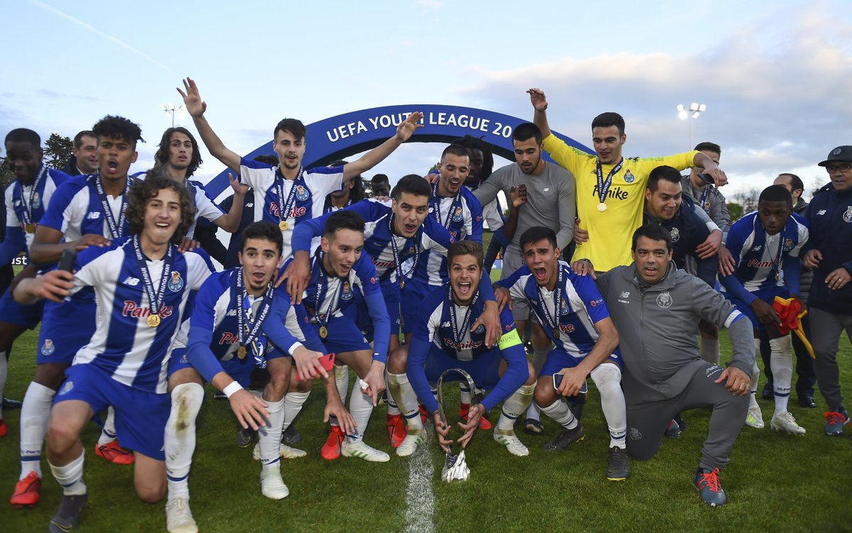 How @FCPorto celebrated their #UYL final triumph a year ago today🏆🎉🎉🎉🎉🎉 https://t.co/J9HAm36ayy