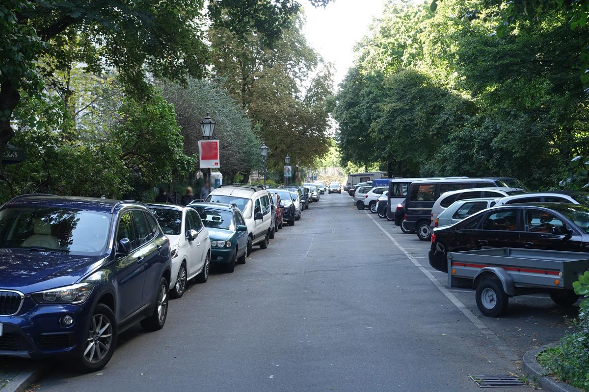 Danke für den Tipp, aber vielleicht sollten wir damit anfangen, die bestehenden #Spielstraßen wie zum Beispiel in der #Hornstraße in Kreuzberg (Zugang zum #Gleisdreieck Park) von der Flut der Falschparker zu befreien. (Archivbild, durchaus exemplarisch) https://t.co/jUGaKyhzLT https://t.co/7oYfK80Iq2