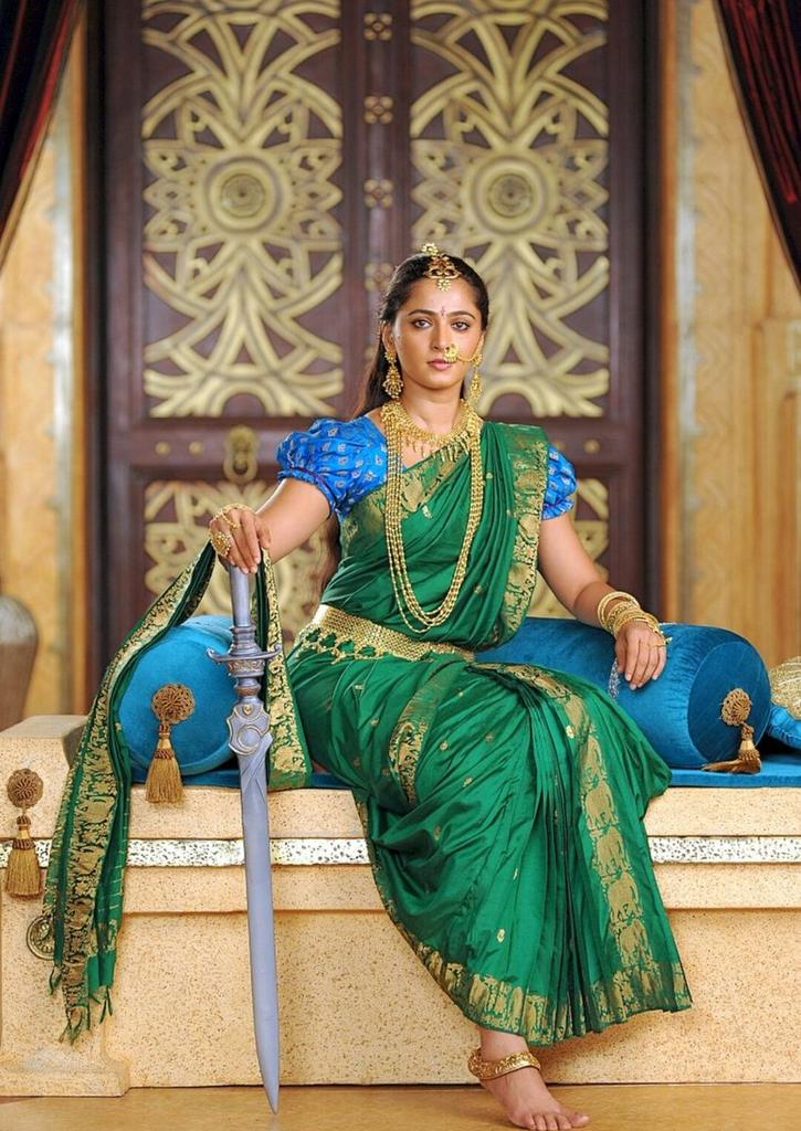 ALMIGHTY QUEEN 👑👸✊  #AnushkaShetty 💥  #3YrsForMightyBaahubali2 https://t.co/7ubaenjCbQ