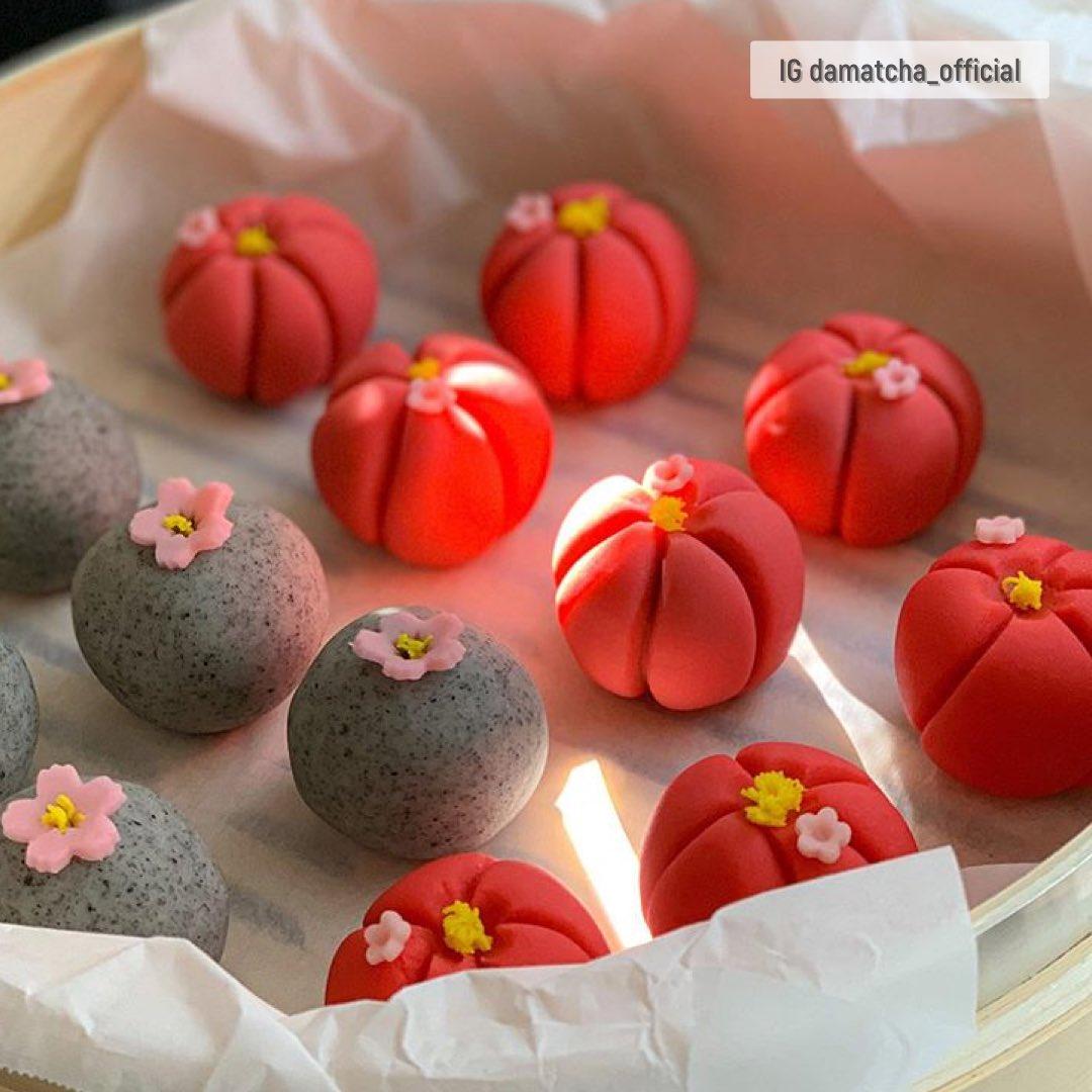 Damatcha คาเฟ่ที่เต็มไปด้วยเสน่ห์เรียบง่ายแต่ละเมียดละไม ขนมหวานงานฝีมือ wagashi ถ่ายทอดในแบบเกาหลี เข้ากันกับชาดำขมๆ ที่ร้านมีทั้งกาแฟและชา ชาเขียวมาจากเชจู มีคนแนะนำ mugwort latter กลิ่นเฉพาะตัว เห็นแล้วน่าไปอินชอนไหม #รีวิวอินชอน @Review_korea  📍 https://t.co/TH6y7qcAOO https://t.co/4nTcy9ae5a