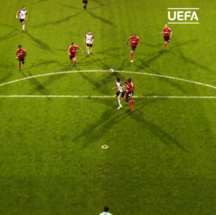 A stunning solo goal from birthday boy Simon Davies! 🥳👏  @FulhamFC | #HBD | #UEL https://t.co/LX8o2lBP2T