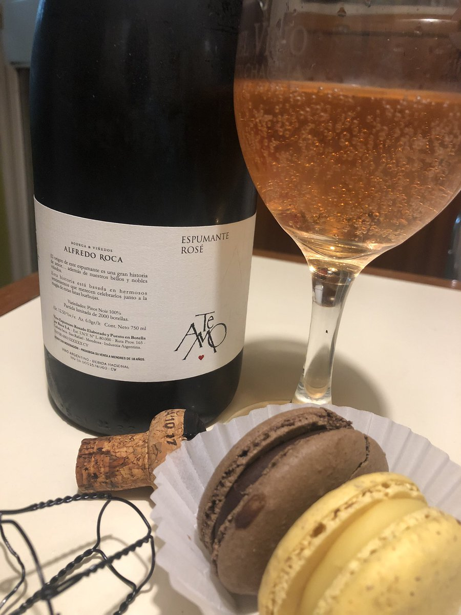 Que mejor maridaje? #espumante #rose #pinotnoir #macarons simplemente exquisito @AlfredoRoca #yomequedoencasa #winelover #wineandfriends pic.twitter.com/4QnjcwGrYY