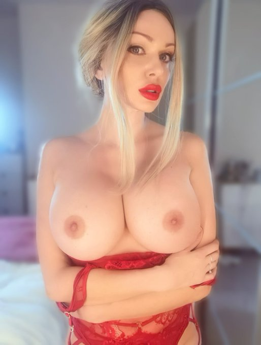 2 pic. Tonight's decision! Are you gonna shoot your load over my tits or arse? 😈 https://t.co/kAEi6T
