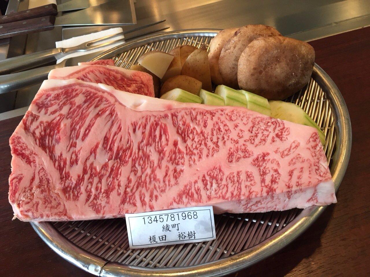 肉の下に人名が書かれたプレートを置いた結果?人の肉みたいwww