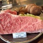 肉の下に人名が書かれたプレートを置いた結果?人の肉みたい!