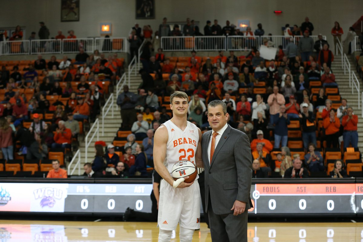 Can you spot the 5️⃣ differences in the photo from the night @Ethan22Stair was honored for reaching 1,000 career points? Reply with a screeenshot if you can find them all‼  #RoarTogether https://t.co/ccSzInkqv8