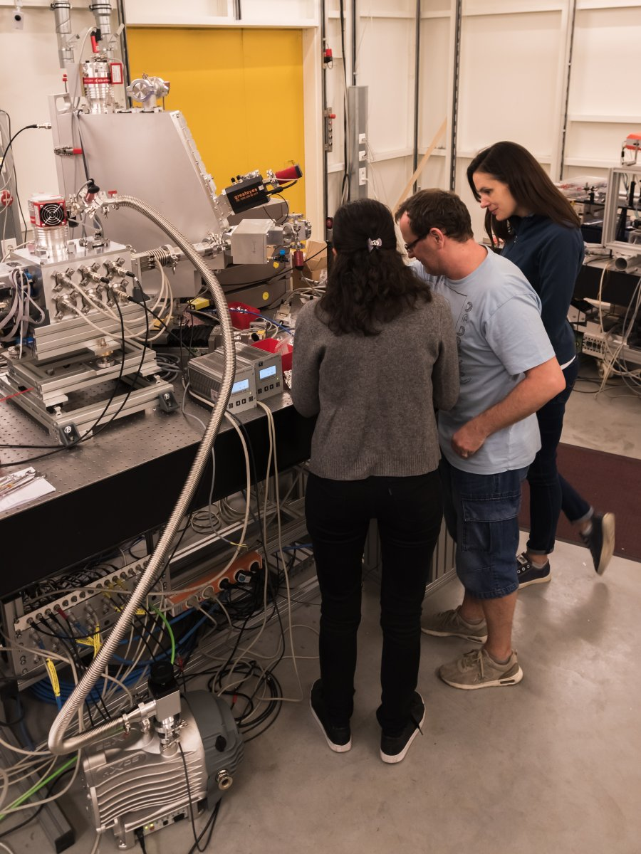 And the first paper from the PINK beamline at @HZB_BESSY is out! On the pic Natalia, Serena and Sergey during beamtime. Ruthenium 4d-to-2p X-ray Emission Spectroscopy: A Simultaneous Probe of the Metal and the Bound Ligands pubs.acs.org/doi/10.1021/ac…