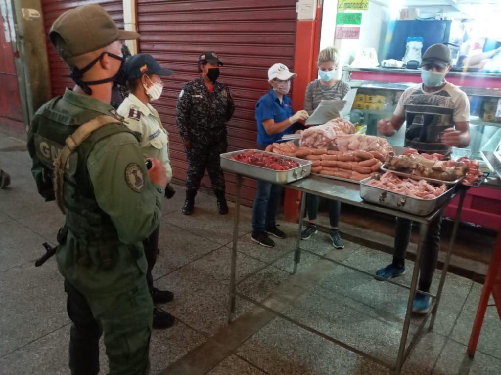 #MáximaProtección Para garantizar la atención integral de los venezolanos, hoy #12May, #CEOFANB continúa desplegado en unión Cívico-Militar-Policial, combatiendo la especulación y acaparamiento en defensa de los derechos Socioeconómicos del pueblo, a través de las fiscalizaciones https://t.co/da7rAT0gjc