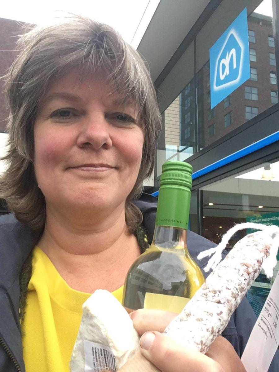 Dag 3: Zo! Na weer een dag marathonvideobellen heb ik wel wat lekkers verdiend! Dus even snel naar de supermarkt om de hoek.  En dan vanavond vrolijk (?) weer verder videobellen, fractievergadering... #ondernemerschallenge 📦 Koop een week lang elke dag lokaal in Drenthe. https://t.co/A2deUUJ6ME