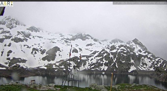 Entre mañana y el Sabado habrá momentos en que la nieve ronde los 2000m en el Pirineo con bastante precipitación. Por lo tanto los refugios de alta montaña volverán a ver la nieve. Imagen de esta tarde de #Respomuso. Los proximos días volverá la nieve alternandose con la lluvia.