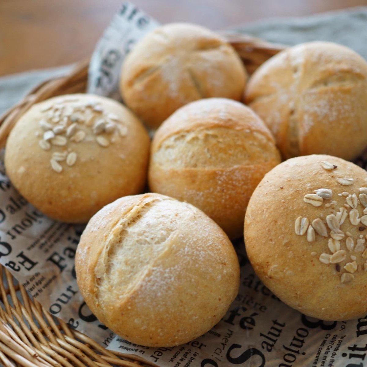 おはようございます✨今朝は全粒粉とライ麦のプチパンを焼きました☺️主人のダイエットも三日め。ちょっとしまってきたんじゃない?とでも言ってあげる頃合です。#パン作り #手作りパン