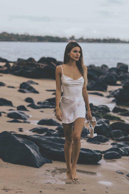 Barefoot on the beach 🤍 👣 https://t.co/0wIepGroAp