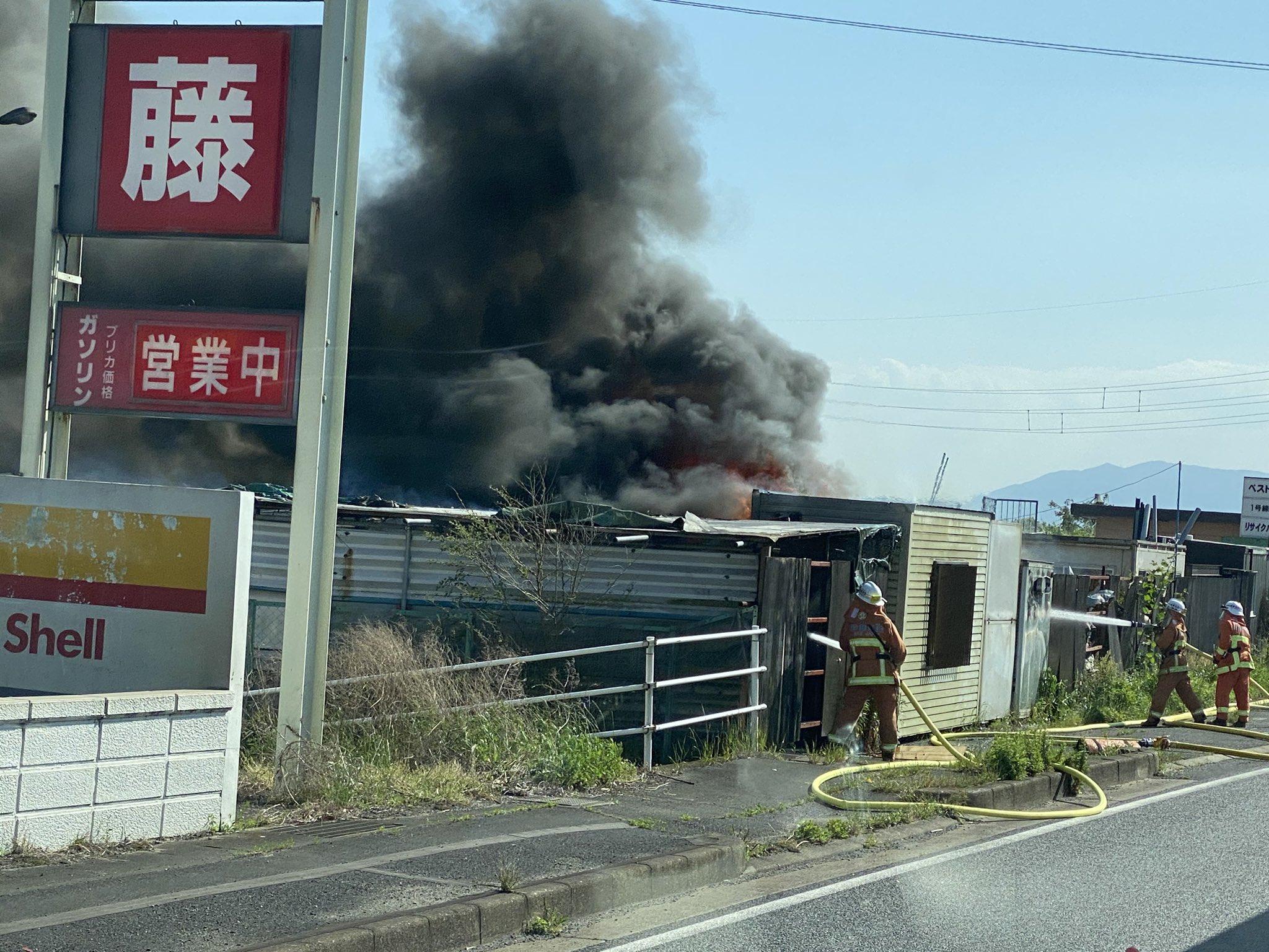 鈴鹿市のガソリンスタンド横の建物で火災の画像