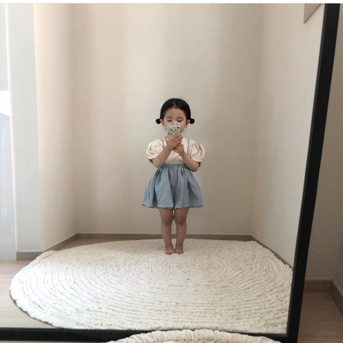completely obsessed with this baby's mirror pics https://t.co/oiF45uwrqB