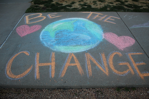 The Denver Women's Correctional Facility hosted a social distancing Sidewalk Chalk Art Show last week. The women who participated were spaced at least six feet apart. Many chose to share inspirational messages during this COVID-19 pandemic. #WeAreInThisTogether https://t.co/6bPExoXoFn