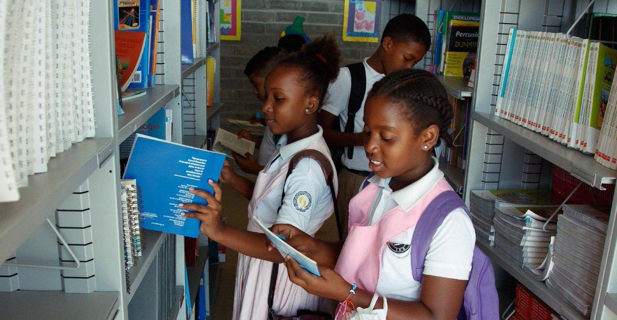 Los libros pueden ser las herramientas más poderosas para aprender y estimular la creatividad de niños, jóvenes y adultos. Y hoy, mientras #TeQuedasEnCasa, seguro te ayudarán también a combatir el aislamiento. 📚 Cuéntanos ¿qué libro lees por estos días? Queremos leerte. https://t.co/G3qFpWrxWf