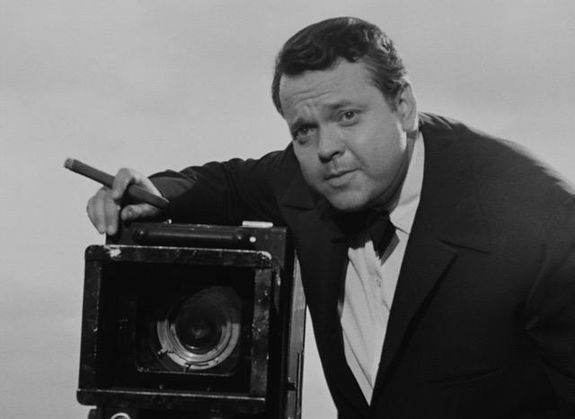 En 1953, Orson Welles, invité par le @BFI, donne une conférence au festival d'Edimbourg. Hollywood, le grand écran, la télévision… il dresse un portrait passionnant de l'industrie cinématographique dont le texte fut publié par @RevuePositif en mars 2019 🗞️bit.ly/3fMR5yc