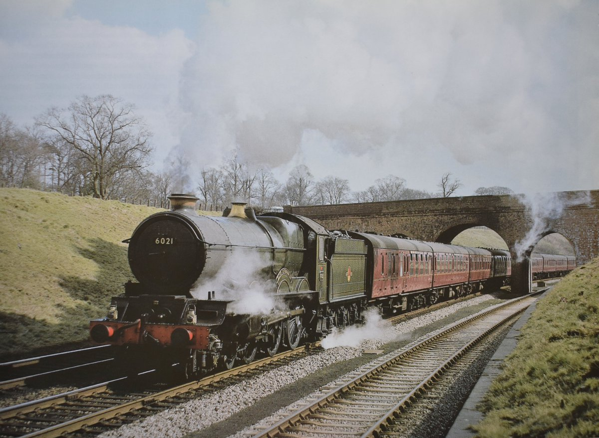 Ex-GWR King Class No 6021 'King Richard II' approaches the summit of Hatton Bank with a unidentified express. Date: Spring 1962  Photo by Derek Penney. #steamlocomotive #greatwestern #King #expresstrain pic.twitter.com/ls3ehe841X