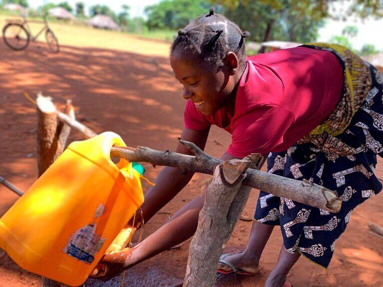 Our partners in Mozambique are working closely with WASH committees on COVID detection & prevention. We're teaching families how to use local resources to create hand-washing stations to fight the spread of the virus!💧🦠 https://t.co/S76wlyjDYw