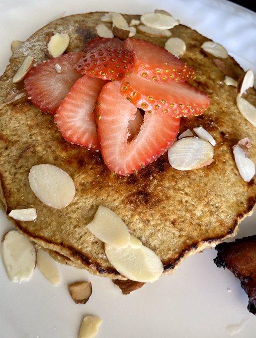 Banana-oat pancakes! https://t.co/1onAc0grgl