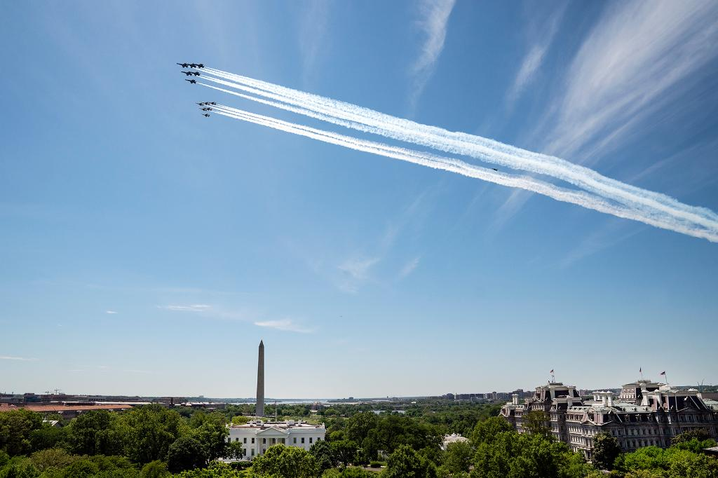 The @BlueAngels and @AFThunderbirds flew over Washington, D.C. today to honor our nation's INCREDIBLE healthcare workers, first responders, and essential personnel fighting Coronavirus on the front lines 🇺🇸   THANK YOU! https://t.co/bx45DkPFmt