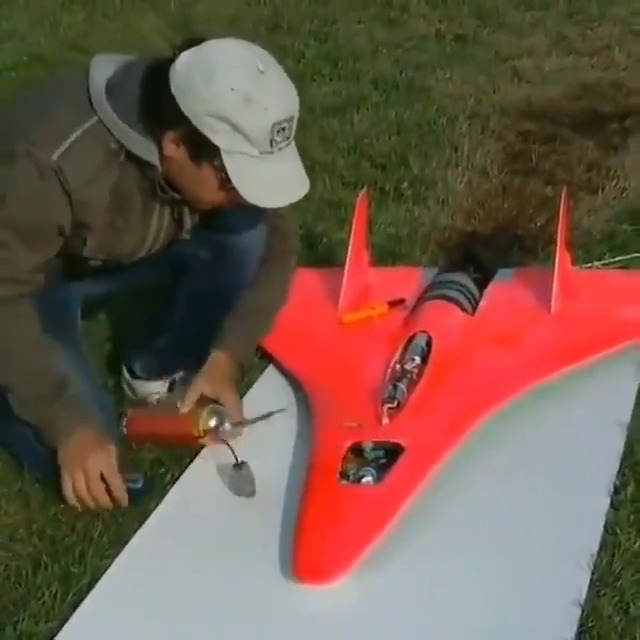 WOW! This RC model jet made a world record by achieving max speed of 466 mph (749 km/h). It uses a Turbine Bohetic 180 Engine and kerosene as fuel. 🤯 #science #space
