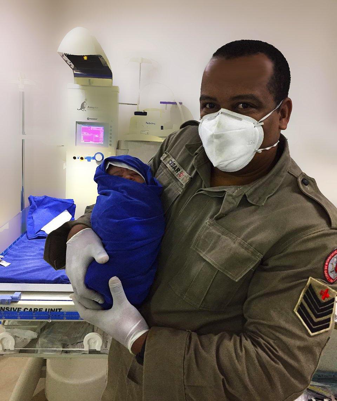 Nossos bombeiros do destacamento de Itaipava atuaram em um trabalho de parto nesta madrugada. Que este bebê traga renovação e esperança para este mundo que acaba de conhecer. 🙌  #VerdadeirosHeróis #MissãoCumprida #15GBM #Petrópolis