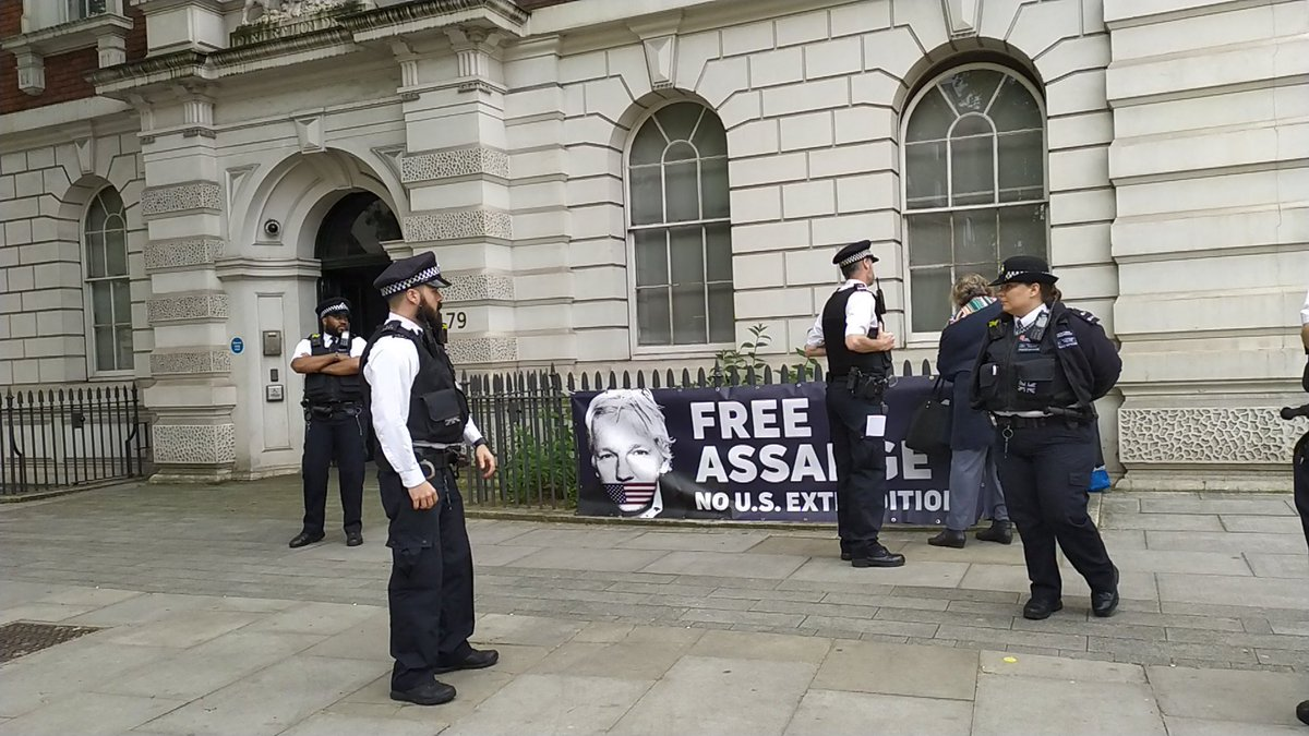 Protestors who were standing many metres apart were threatened with arrest under UKs #COVID19 law outside of Westminster Magistrates Court if they didnt return home. This was during #JulianAssanges hearing when most journos and protestors were in Court.