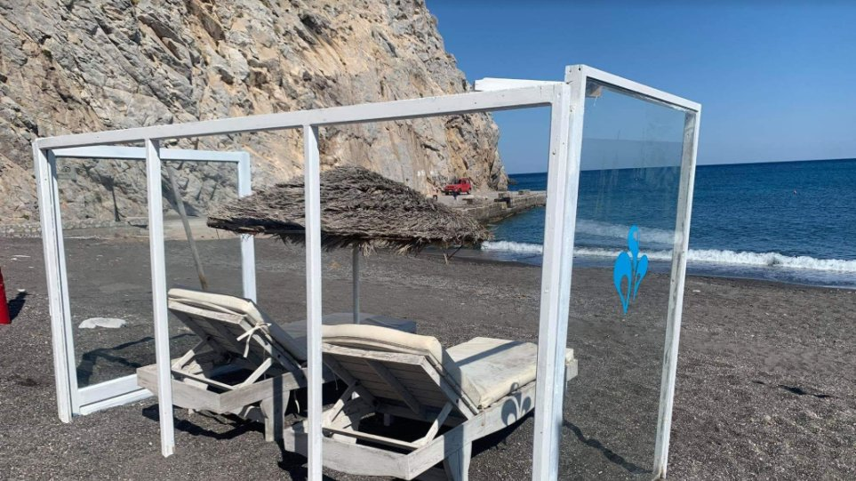 A beach bar in #Santorini has become the first in #Greece to install plexiglas around the sunbeds in order to protect bathers from #coronavirus infection. https://bit.ly/2W0gsEHpic.twitter.com/wqYnMNrEnK
