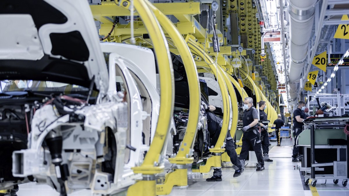 The #MercedesBenz plants in Untertürkheim, Berlin, Hamburg, Sindelfingen and Bremen have successfully resumed production, following a phase of work stoppage and shortened schedules as a result of the #COVID19 pandemic. https://t.co/XoAZRElKNg