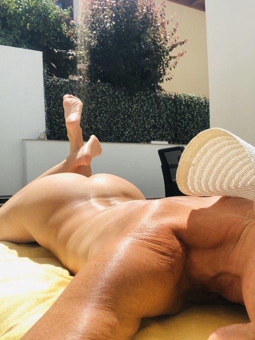 Que día más bueno!!!! Se puede estar desnuda entera , sin marca de bikini https://t.co/TyVd5PbpRe