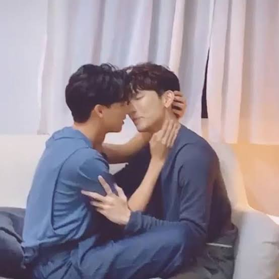 """7. """"just kiss him already"""" type of kiss which every wanjai can relate"""
