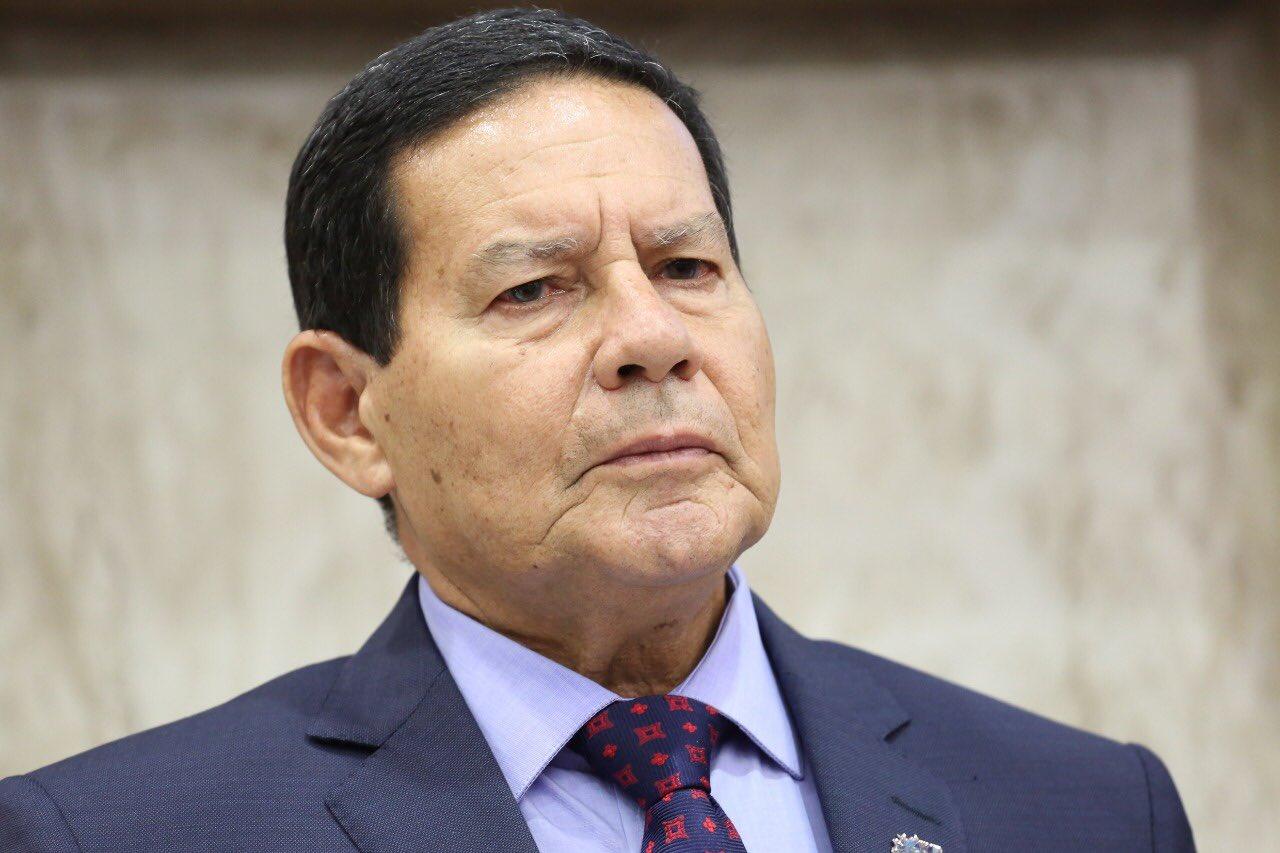 """Mourão defende Bolsonaro a manda recado: """"Ninguém irá descumprir a Constituição"""""""