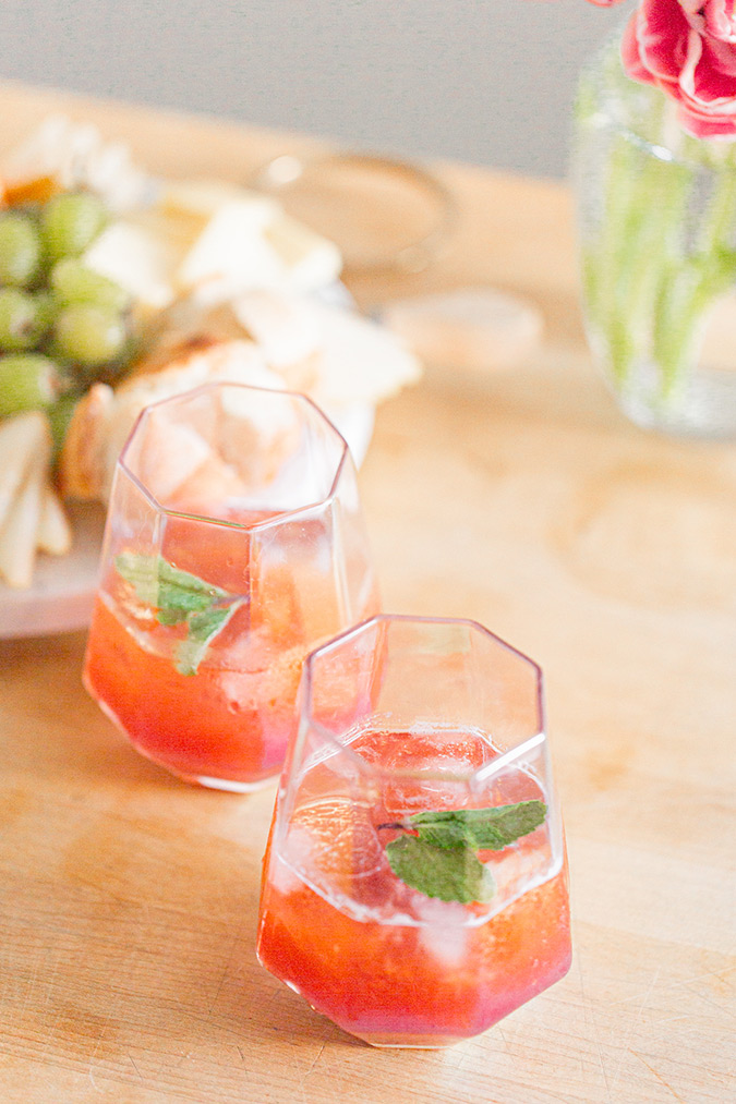 This cocktail is just too pretty, isn't it? https://t.co/Zp7Rb1p6Dg https://t.co/QYVeC4lESP