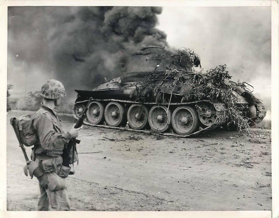 """The Dead District na Twitteru: """"Along the road from Seoul to Inchon, a  Marine watched as a destroyed North Korean T-34-85 burns, 1950.… """""""