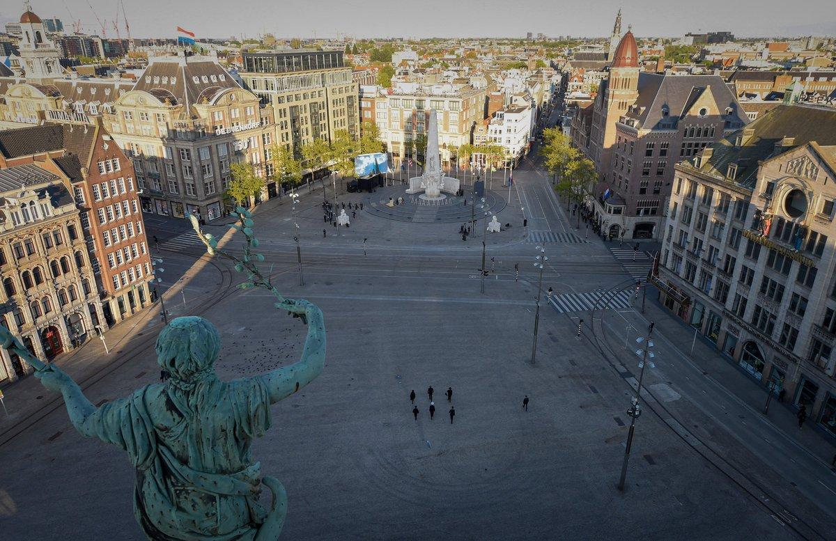Koning Willem-Alexander, Koningin Máxima en @minpres zijn bij de Nationale Herdenking op de Dam in Amsterdam. Tijdens de herdenkingsceremonie legt het Koninklijk Paar een krans bij het Nationaal Monument en houdt de Koning een toespraak: https://t.co/L4MjCSyhG4 #75jaarvrijheid