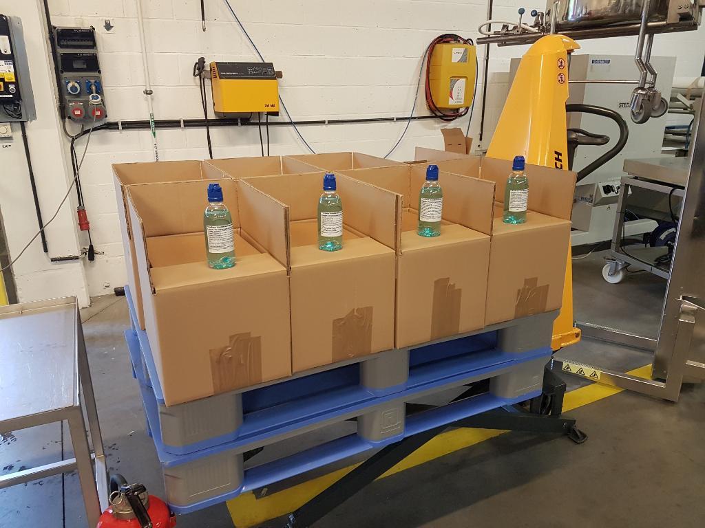 Blijf bewust van het belang van een goede handhygiëne!   Onze collega's worden daarbij geholpen door ons internationale R&D center in Brussel. Daar slaagden men er in de testfabriek namelijk in om 3.000 flesjes handdesinfectiemiddel te maken 🙌  #innovatie #dagvandehandhygiëne https://t.co/yJ1PENn1AV