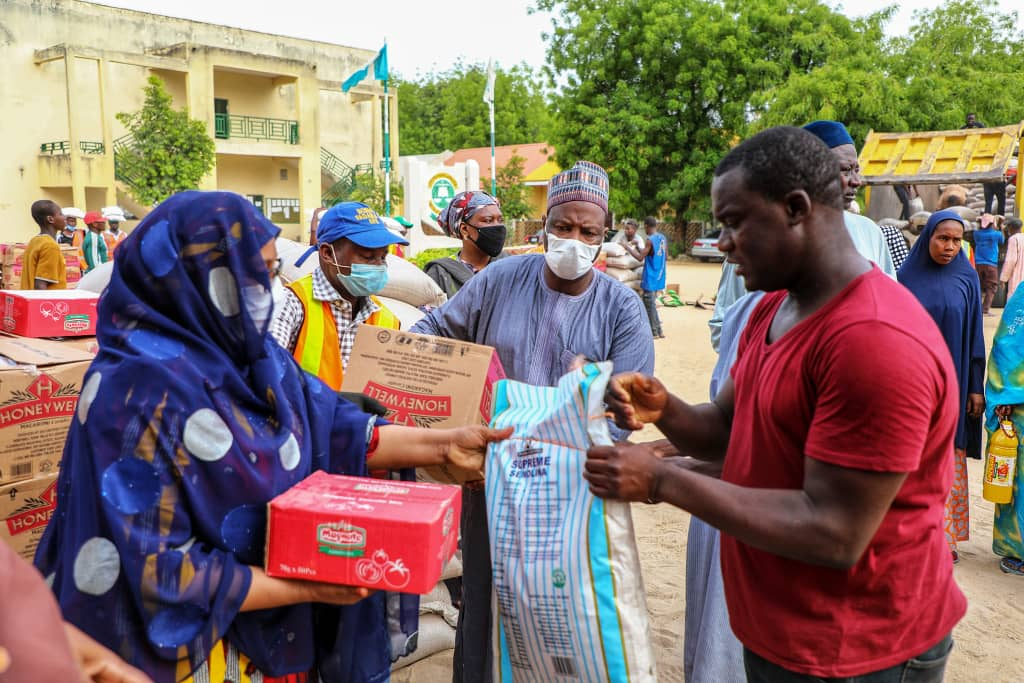 Lockdown: @ProfZulum's relief committee delivers food to 4,000 residents of Mafoni and Bulabulin.. https://t.co/RA3bfNLtwO https://t.co/azLO0b74sZ