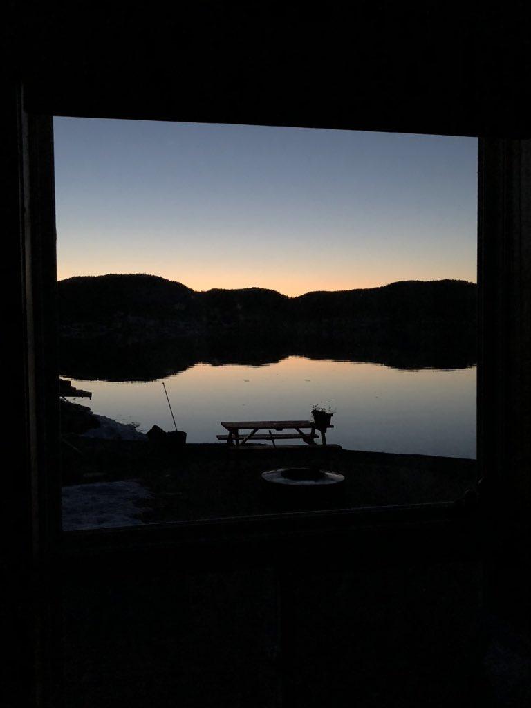 Living room window views - evening May 4th  #littlebayislands #calm #prettysky #peaceful #roomwithaview #oceanview #lightsoutpic.twitter.com/VZvQaQtUY7