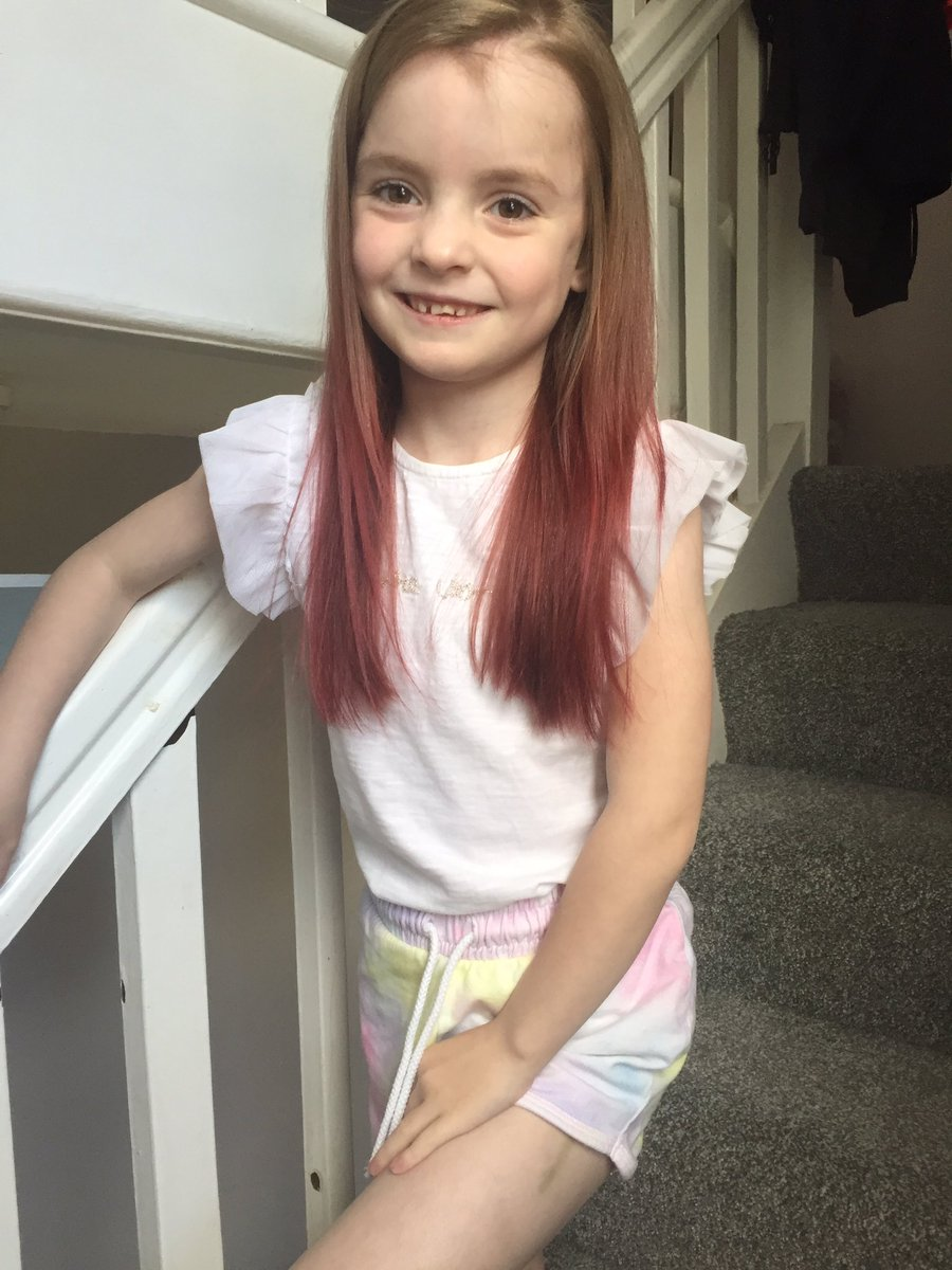 So today we gave in and let Ava dye her hair, she thinks it's amazing #newhairday  Now just need to sort mine out pic.twitter.com/ig82imrjDl