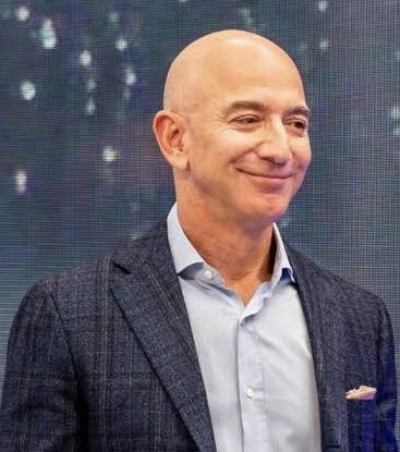 """""""Nós inovamos começando pelo cliente e trabalhando de trás para frente. Esta é a pedra fundamental de como nós inventamos"""" Jeff Bezos. Inovação não é sobre tecnologia, é sobre servir melhor. Tecnologia é o meio, não o fim. #inovacao #inovação pic.twitter.com/T80HuQkKbj"""