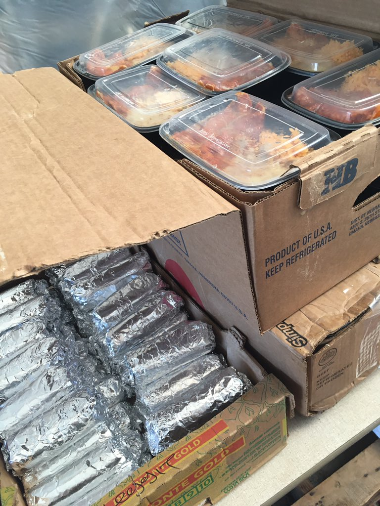 Shoutout to New Community Kitchen and Tacos Sinaloa for providing over 200 hot meals to distribute today! These will go to encampments all over Oakland with groceries and hygiene items.