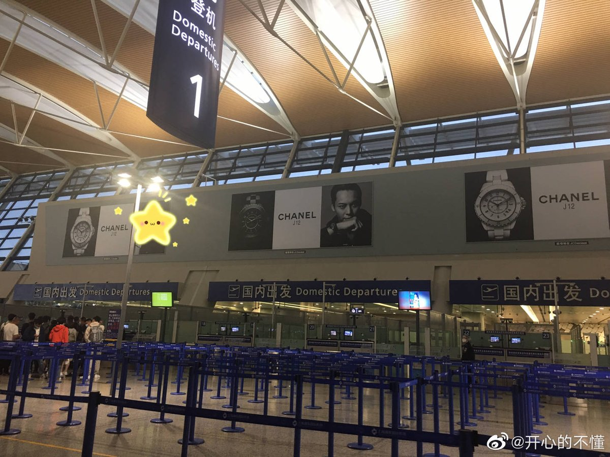 2020:06:05 #CHANEL house Ambassador and the Face of TheNewJ12 ■ at Shanghai international airport.#陈伟霆CHANEL品牌形象大使 #TheNewJ12  #williamchanwaiting #WilliamChan   #陈伟霆 #陳偉霆 #ChenWeiTing #Trần_Vỹ_Đình https://t.co/mSAxsjifYG