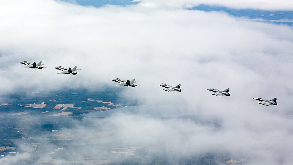 Kansainvälinen yhteistyö on päivittäinen osa Ilmavoimien toimintaa. Karjalan lennoston Hornetit lensivät ilmataisteluharjoittelua Viron Ämarista toimivan Ranskan ilmavoimien Mirage 2000-5F -osaston kanssa tänään 6. toukokuuta. 🇫🇮 🇫🇷 #ilmavoimat #karlsto https://t.co/LbPUXUUdLb