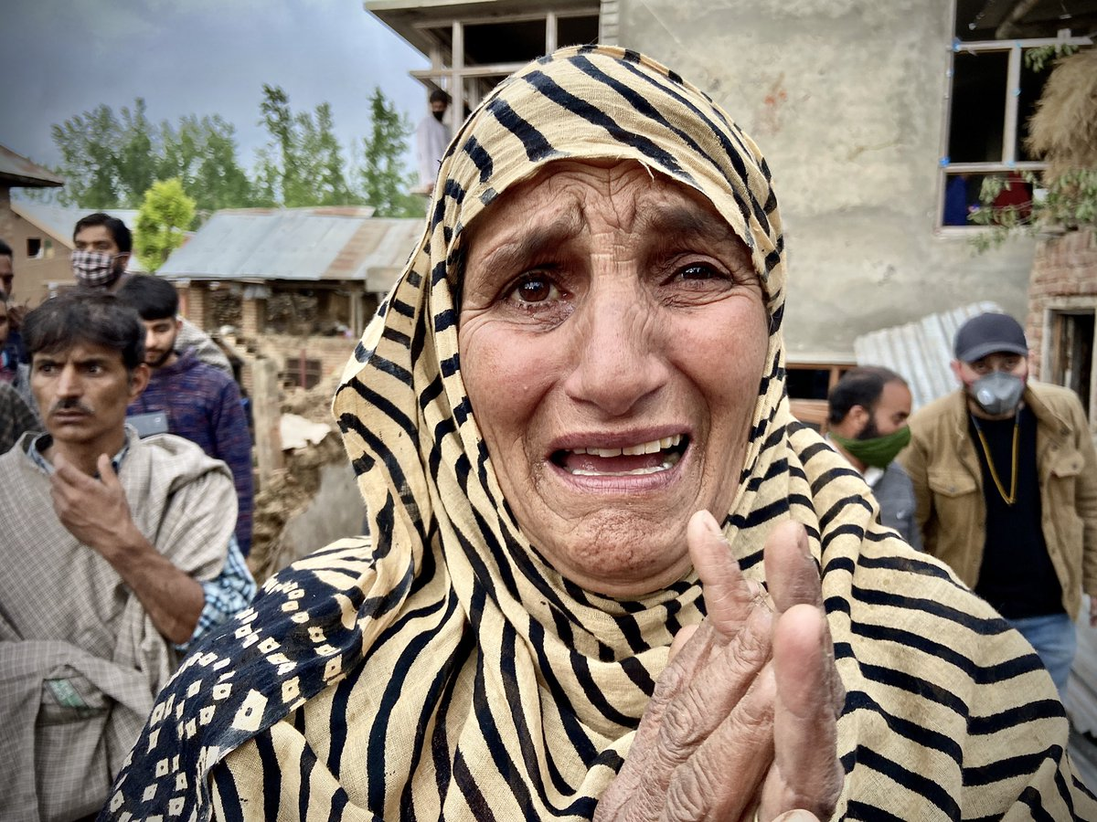A Kashmiri woman breaks down at the sight of residential houses reduced to rubble by the government forces during a gunfight Wednesday, May 6, 2020 in Pulwama, Kashmir.   Photo by Ahmer Khan. https://t.co/AuUnUExhQG
