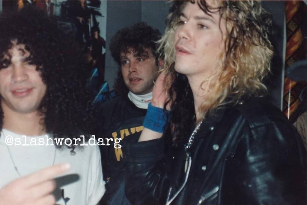 @slash y @officialduffmckagan en el backstage del Madison Square Garden, 10 Diciembre de 1991 🤘🏻🎩🇦🇷 . #rarepic #gunsnroses #slash #duff #madisonsquaregarden #newyork #backstage