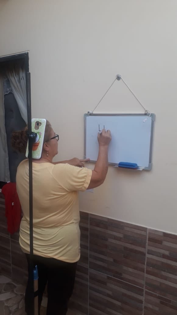 Mi mamá es profesora y así está dando clase a sus niños. La amo mucho 🥺 https://t.co/mUfnQC3PzX