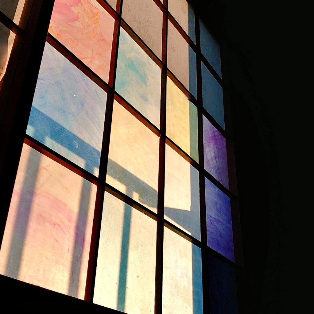 ステンドグラスみたいに綺麗。プラ板に色をつけて障子を張り替えてみた。