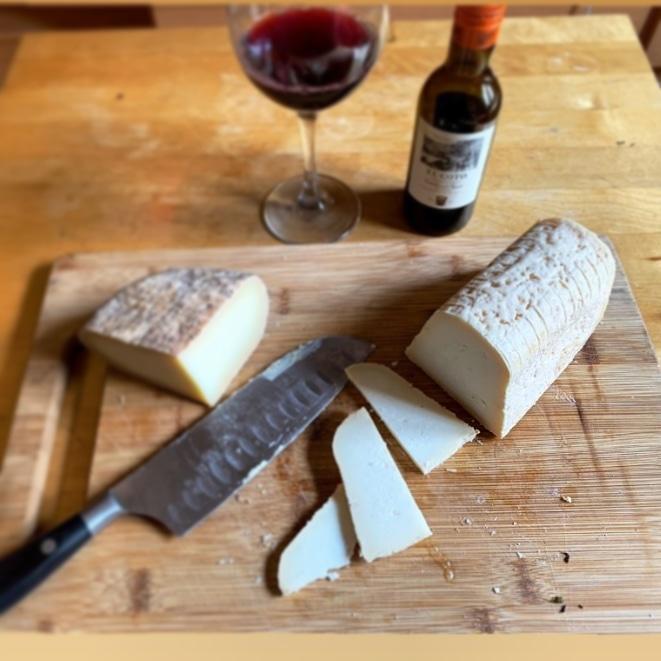 No te lo pierdas, su forma, sabor, olor... Nuestro #productoestrella #patamulo #pataoveja #queso #quesodeoveja #enviosatodaespaña #conquesosabemejor #telollevamosacasapic.twitter.com/LCfIunmL5O